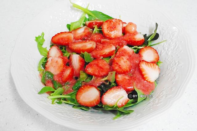 Đang mùa dâu tây, chị em tranh thủ hốt liền vài kg về làm salad: Vừa ngon hết sảy lại tuyệt đối heo-thì - Ảnh 9.