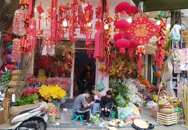 هانوی: شهر کوچک Hang Ma مشغول تعطیلات Tet است - عکس 5.