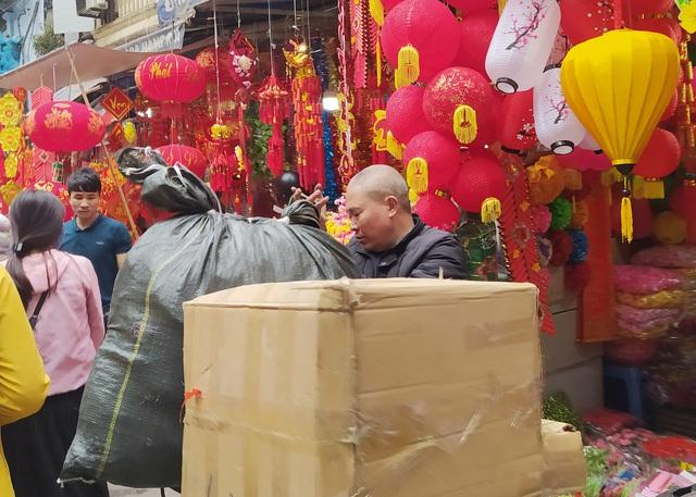 هانوی: شهر کوچک Hang Ma مشغول تعطیلات Tet است - عکس 8.