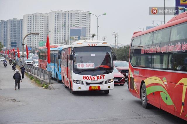 پورتال هانوی به شدت شلوغ است ، هزاران وسیله نقلیه پس از تعطیلات سال نو به شهر باز می گردند - عکس 3.