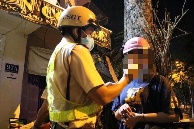 با رفتن به یک مهمانی با شرکت ، نوشیدن چند قوطی آبجو در پایان سال ، دختر 23 ساله 4.5 میلیون VND جریمه شد - عکس 1.