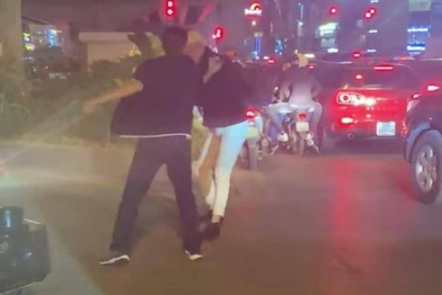 یک راننده مرد به مردم یادآوری می کند که چراغ قرمز را با نشانه های 2 جرم متوقف کنند - عکس 1.
