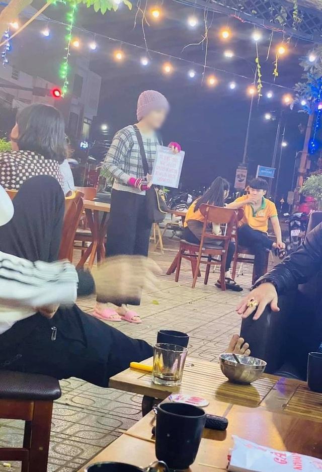 تصویر دختر جوانی که بیلبوردی را در دست دارد و در فو ین پول می طلبد ، اسکنرها را دچار تردید می کند: آیا او واقعاً بیمار است یا برای خرید طلای بیشتر التماس می کند؟  - تصویر 1