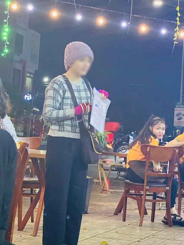 تصویر دختر جوانی که بیلبوردی را در دست دارد و در فو ین پول می طلبد ، اسکنرها را دچار تردید می کند: آیا او واقعاً بیمار است یا برای خرید طلای بیشتر التماس می کند؟  - تصویر 2