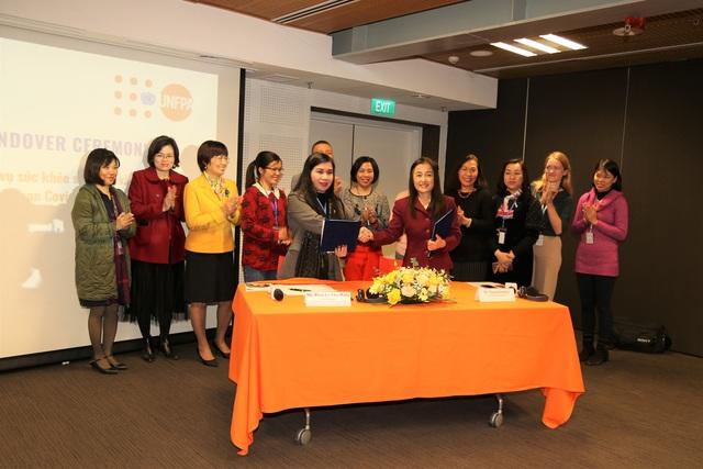 UNFPA trao tặng trang thiết bị hỗ trợ Việt Nam dịch vụ chăm sóc sức khỏe sinh sản trong đại dịch COVID-19 - Ảnh 1.