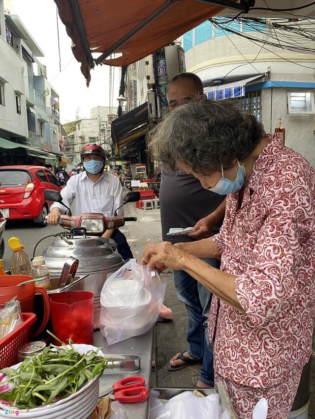 کامیون کوکی ، سوپ خرچنگ که توسط دو زن مسن در شهر هوشی مین فروخته شده است - عکس 3.