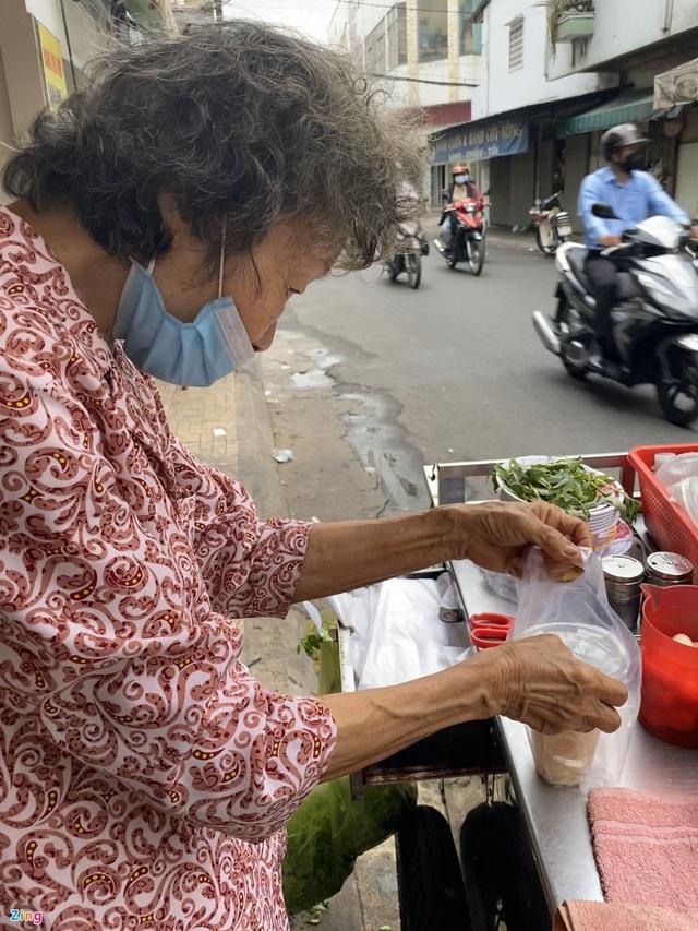ماشین با کوفته ، سوپ خرچنگ ، که توسط دو زن مسن در شهر هوشی مین فروخته شده است - عکس 7.