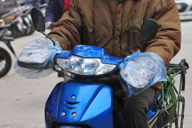 لباس های ویژه هانوی در اولین روز سردترین رکورد - عکس 7.