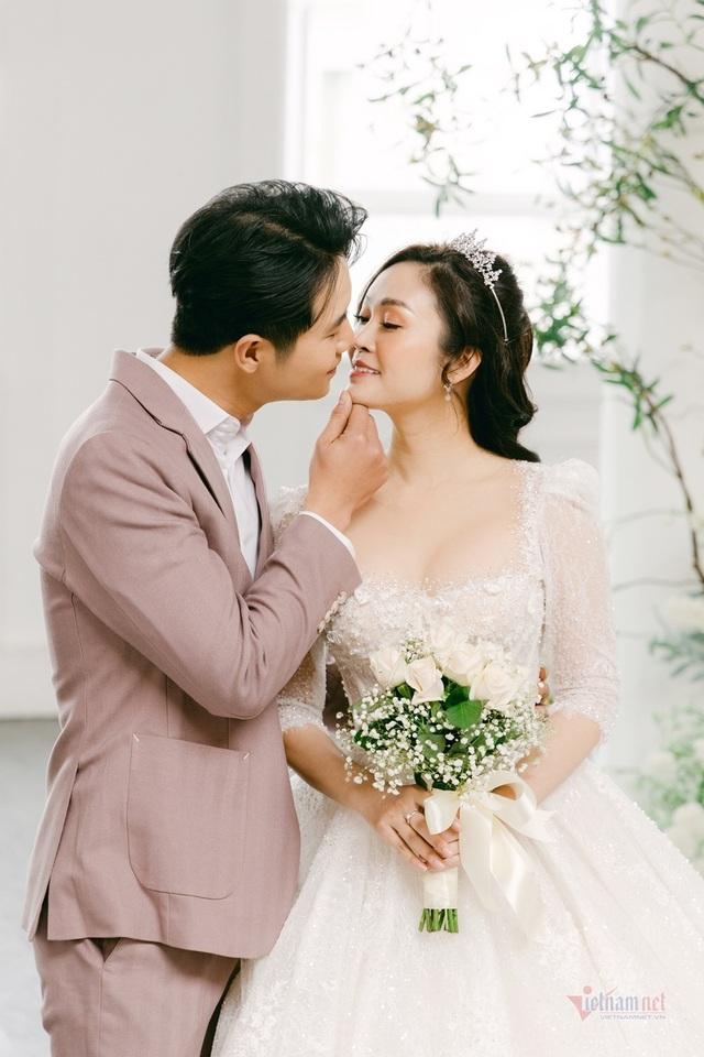 عکس عروسی MC Thuy Linh VTV و همسرش 5 سال بازیگر جوان تر - عکس 16.