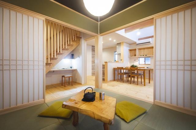 خانه ای چوبی ساخته شده در معماری ژاپن با 1 طبقه همکف و 1 آرامگاه میان طبقه برای خانواده های جوان - عکس 9.