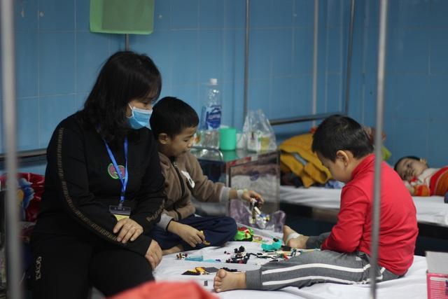 کوانگ بن: سالمندان ، کودکان خردسال به دلیل برودت هوا در بیمارستان بستری می شوند - عکس 1.