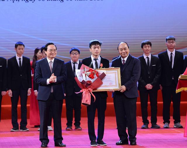 مرد طلایی انفورماتیک مدال کار درجه یک دریافت کرد - عکس 1.