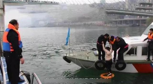 Nhảy sông tự tử, cô gái vẫn nổi trên mặt nước suốt 30 phút mãi không chìm, nguyên do khiến dân mạng dậy sóng - Ảnh 2.