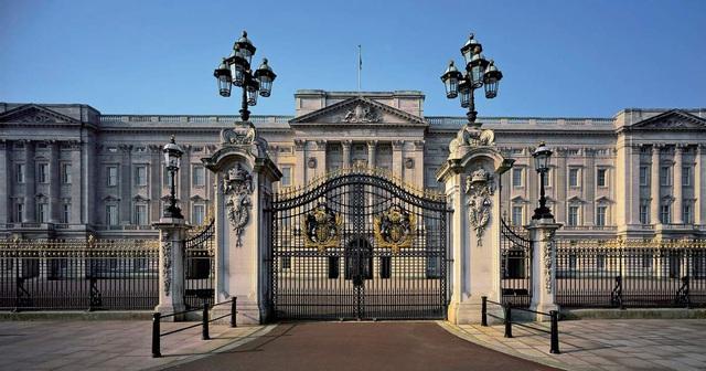 Nhân viên phục vụ ngồi tù vì trộm đồ của Cung điện Buckingham rao bán trên eBay - Ảnh 1.