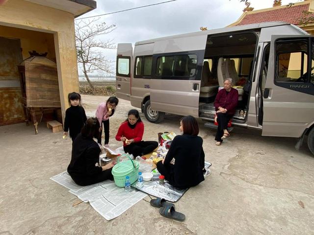 Câu chuyện đằng sau hình ảnh cả gia đình NSND Lan Hương trải báo ăn cơm ngoài đường - Ảnh 2.