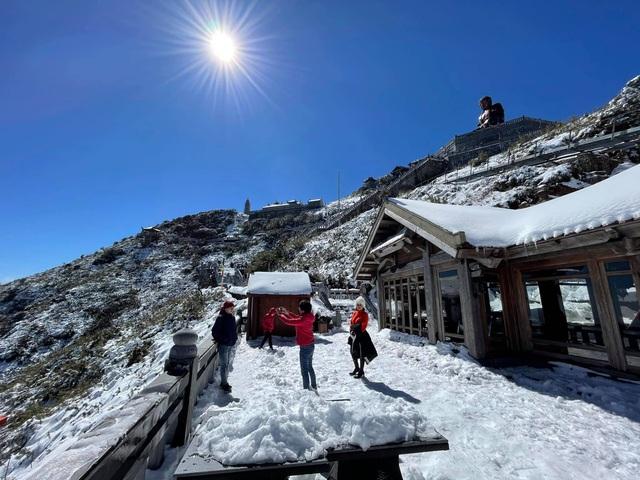 Du khách thích thú với khung cảnh tuyết phủ trắng tuyệt đẹp ngày cuối năm trên đỉnh Fansipan - Ảnh 4.