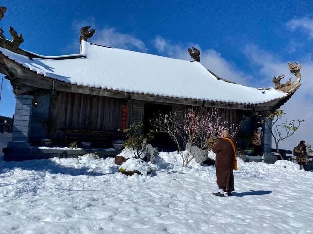 Du khách thích thú với khung cảnh tuyết phủ trắng tuyệt đẹp ngày cuối năm trên đỉnh Fansipan - Ảnh 11.