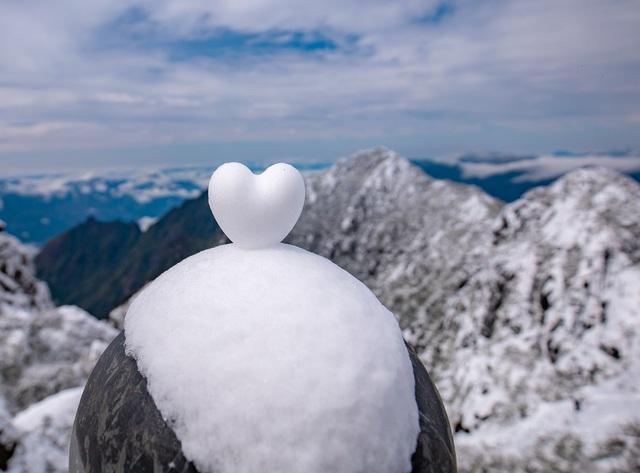 Du khách thích thú với khung cảnh tuyết phủ trắng tuyệt đẹp ngày cuối năm trên đỉnh Fansipan - Ảnh 5.
