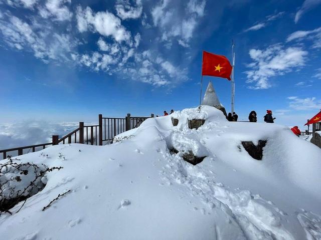 Du khách thích thú với khung cảnh tuyết phủ trắng tuyệt đẹp ngày cuối năm trên đỉnh Fansipan - Ảnh 7.