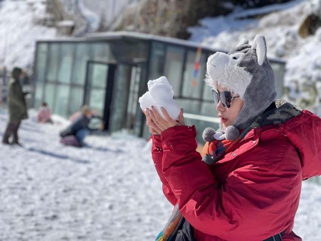 Du khách thích thú với khung cảnh tuyết phủ trắng tuyệt đẹp ngày cuối năm trên đỉnh Fansipan - Ảnh 8.