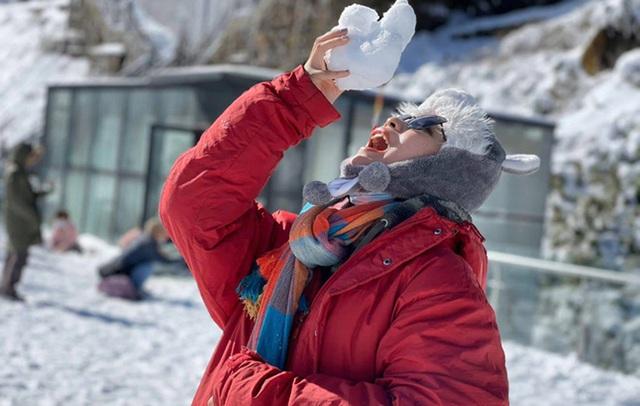 Du khách thích thú với khung cảnh tuyết phủ trắng tuyệt đẹp ngày cuối năm trên đỉnh Fansipan - Ảnh 9.