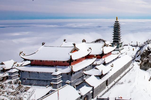Du khách thích thú với khung cảnh tuyết phủ trắng tuyệt đẹp ngày cuối năm trên đỉnh Fansipan - Ảnh 3.