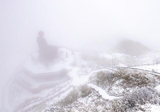 Du khách thích thú với khung cảnh tuyết phủ trắng tuyệt đẹp ngày cuối năm trên đỉnh Fansipan - Ảnh 1.