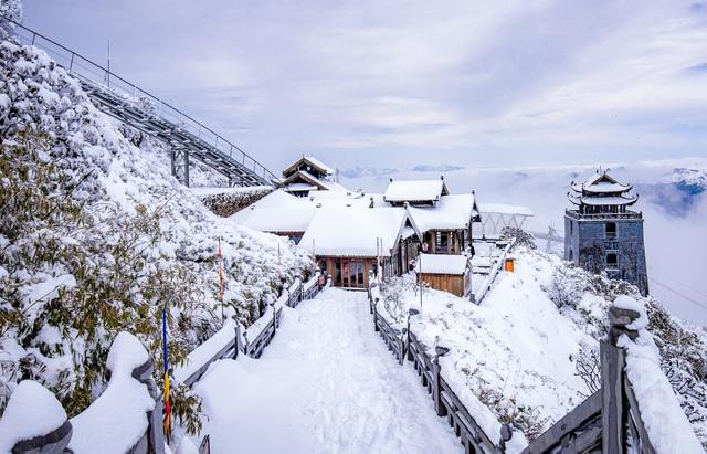 Du khách thích thú với khung cảnh tuyết phủ trắng tuyệt đẹp ngày cuối năm trên đỉnh Fansipan - Ảnh 2.