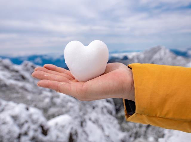 Du khách thích thú với khung cảnh tuyết phủ trắng tuyệt đẹp ngày cuối năm trên đỉnh Fansipan - Ảnh 10.