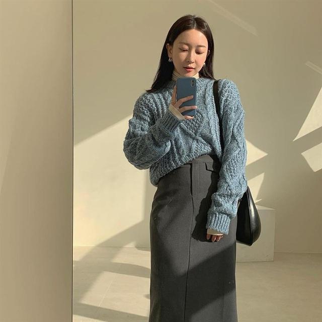 5 kiểu chân váy gái Hàn thường diện với áo len, nàng công sở nên hóng ngay để không bao giờ lo mặc xấu - Ảnh 1.