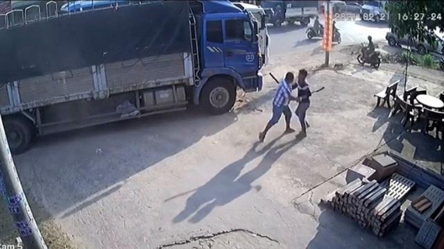 Bàng hoàng cảnh 2 tài xế đuổi chém nhau trên quốc lộ  - Ảnh 1.