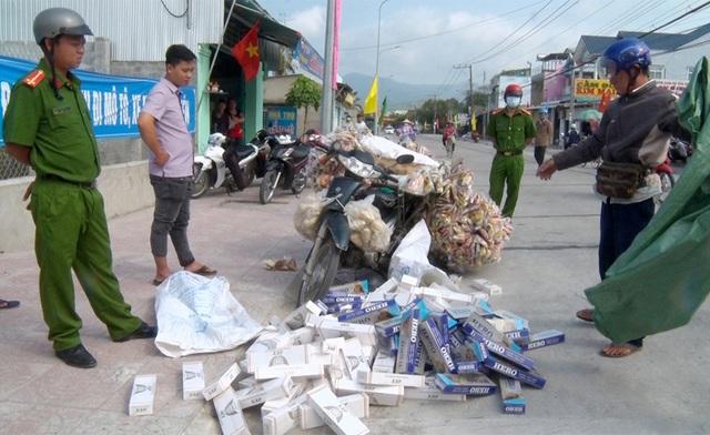 Đóng vai người bán bắp nổ để vận chuyển thuốc lá lậu - Ảnh 1.