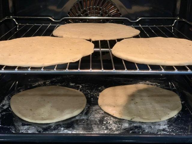 Công thức làm pizza dễ mà chuẩn của hoa hậu Ngọc Hân - Ảnh 7.