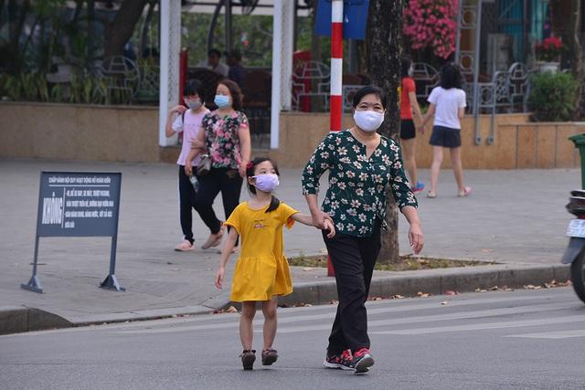 Người Hà Nội thoải mái mặc đồ hè ngay trước đợt không khí lạnh tràn về - Ảnh 2.