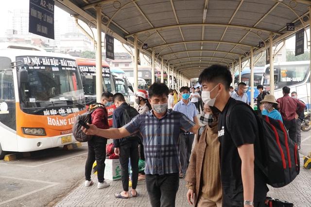 Hà Nội: Bến xe ngày Tết phòng, chống dịch COVID-19 nghiêm ngặt như thế nào? - Ảnh 10.