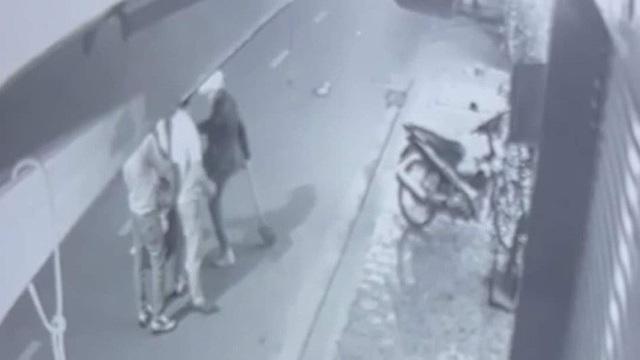 یک مرد جوان پس از برخورد با یک حرکت ، بیل زن جوان را می زند و لگد می زند - عکس 1.