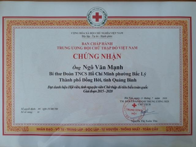Trung ương Hội Chữ thập đỏ Việt Nam công nhận anh Mạnh là hội viên, tình nguyện viên Chữ thập đỏ tiêu biểu toàn quốc giai đoạn 2015-2020.