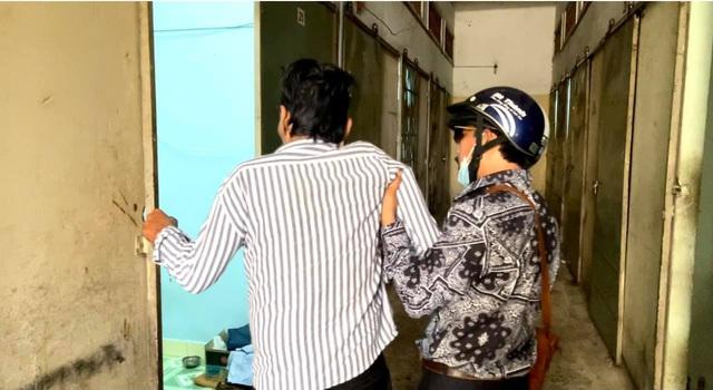 Nghệ sĩ Thương Tín xuất viện, hé lộ căn phòng trọ thiếu thốn - Ảnh 7.