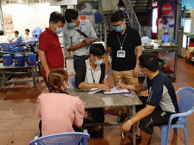 TP.HCM: Nhân viên không mang khẩu trang khi tiếp khách, quán nhậu bị phạt tiền - 1