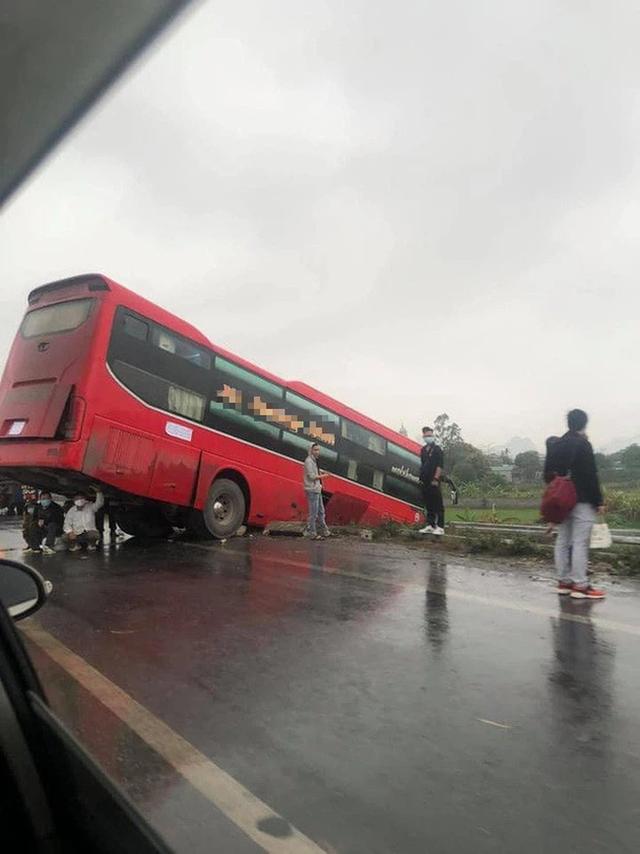 Màn trú mưa cùng tử thần giữa quốc lộ của 3 người đàn ông khiến người đi đường toát mồ hôi lạnh - Ảnh 2.