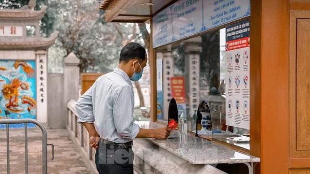 Đền Ngọc Sơn, phủ Tây Hồ mở cửa đón khách sau chuỗi ngày nghỉ dịch - Ảnh 4.