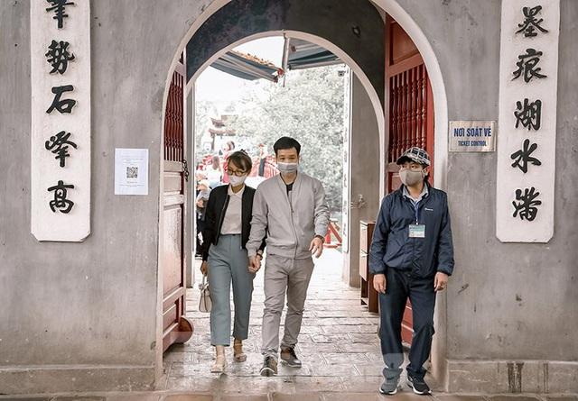 Đền Ngọc Sơn, phủ Tây Hồ mở cửa đón khách sau chuỗi ngày nghỉ dịch - Ảnh 5.