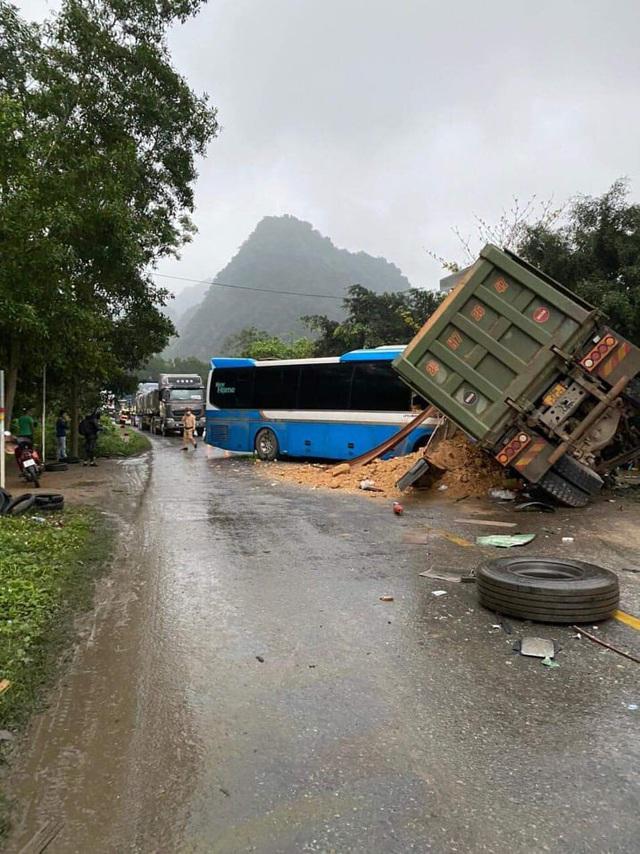 Hòa Bình: Xe khách đối đầu xe tải, 3 người tử vong tại chỗ - Ảnh 1.