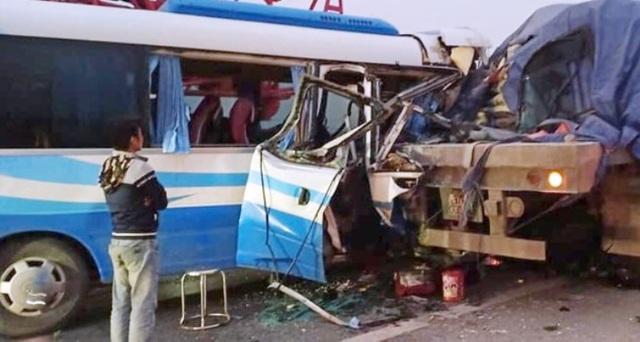 Nghệ An: Xe khách đâm vào đuôi xe đầu kéo đỗ bên đường, nhiều người thương vong - Ảnh 1.