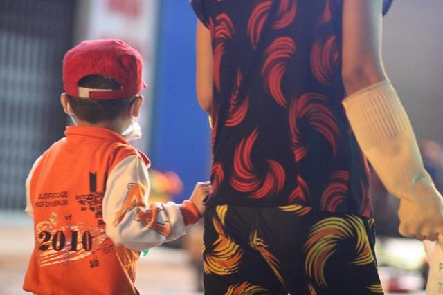 Nghèo khổ vì đẻ nhiều, lại thất nghiệp sau Tết, hai vợ chồng ẵm con trai 5 tuổi nhặt ve chai mỗi đêm - Ảnh 2.