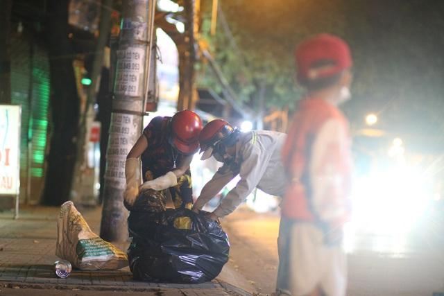 Nghèo khổ vì đẻ nhiều, lại thất nghiệp sau Tết, hai vợ chồng ẵm con trai 5 tuổi nhặt ve chai mỗi đêm - Ảnh 4.