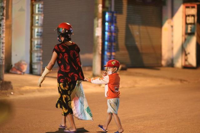 Nghèo khổ vì đẻ nhiều, lại thất nghiệp sau Tết, hai vợ chồng ẵm con trai 5 tuổi nhặt ve chai mỗi đêm - Ảnh 6.