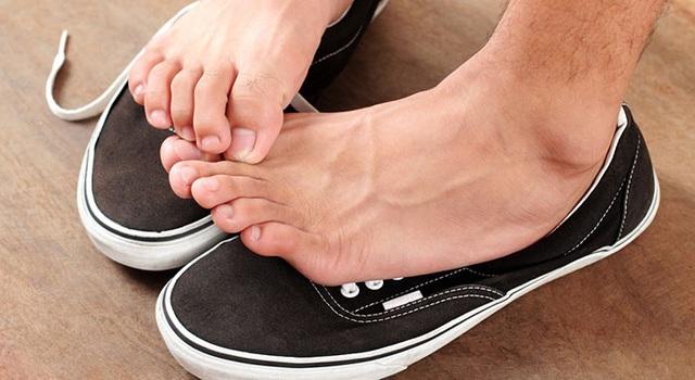 6 kiểu đi giày cực hại cho chân cần bỏ ngay - Ảnh 3.