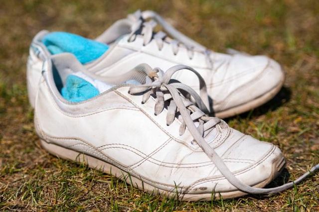 6 kiểu đi giày cực hại cho chân cần bỏ ngay - Ảnh 4.