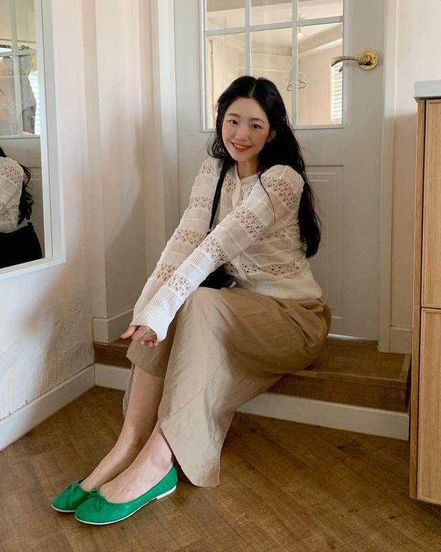 Kiểu giày búp bê hot nhất mùa Xuân: Diện với quần jeans hay váy đều xịn đẹp, là giày bệt nhưng lại tôn dáng hết sức - Ảnh 11.